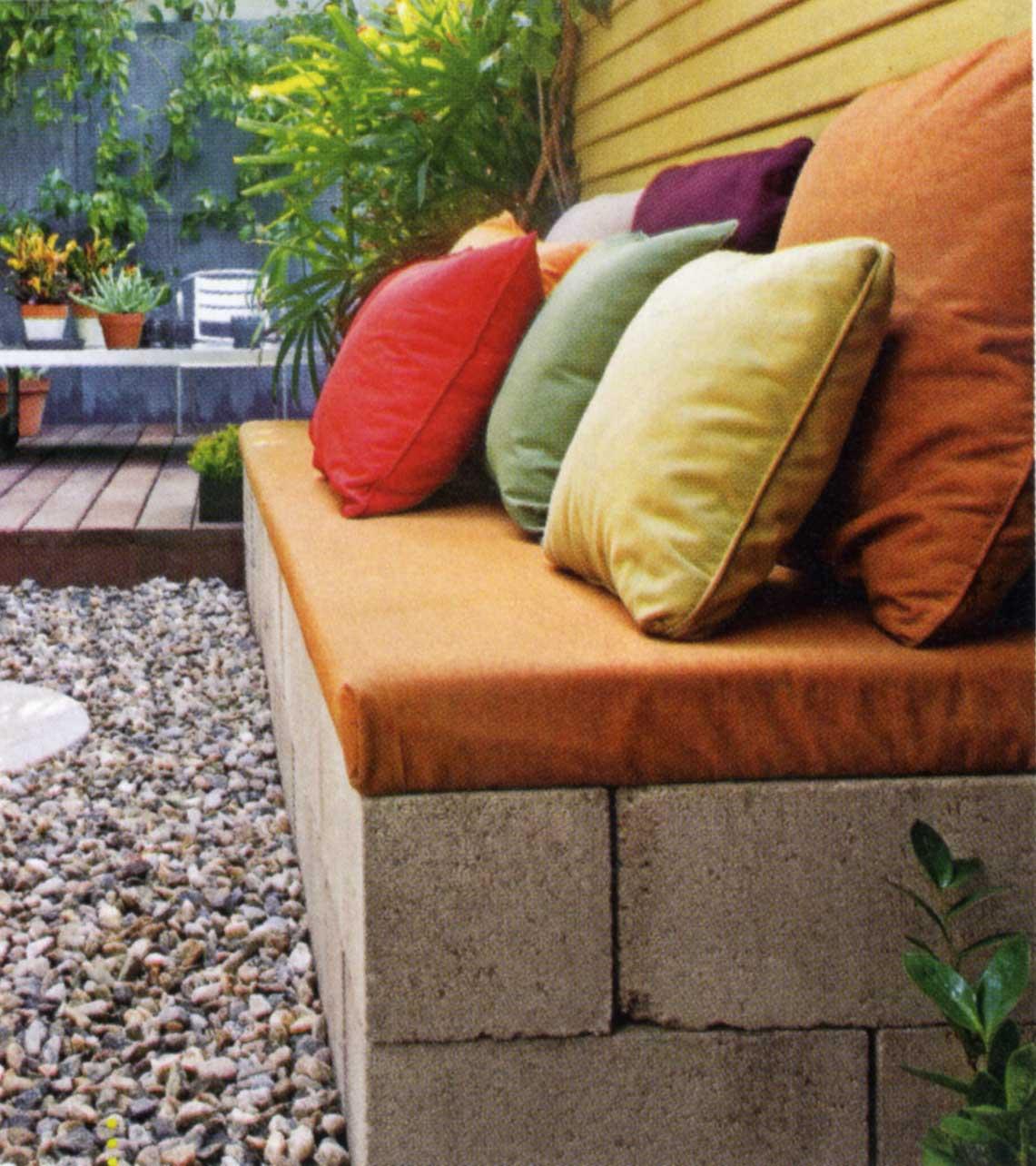 kiesgarten mit DIY gartenbank und Holzterrasse