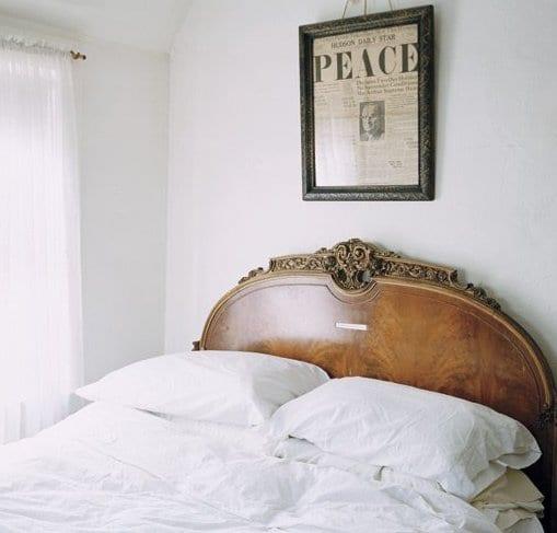 schlafzimmer inspiration mit bett rustikal und wanddeko schlafzimmer mit zeitung und bilderrahmen metall