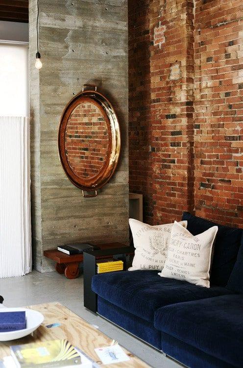 wohnzimmer inspirationen mit wiegelwand und sichtbetonwand als dekor für polstersofa blau und DIY wandspiegel oval