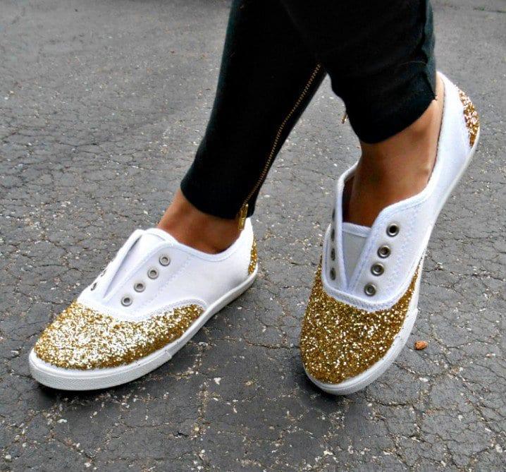 bastelidee für schicke weiße sneakers mit glitzerdekoration