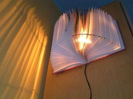Nachttisch lampe aus Buch