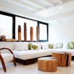 mein wohnzimmer interior design in weiß mit Sitzecke holz und weißen sitzmatten und fensterbank dekorieren mit vasen