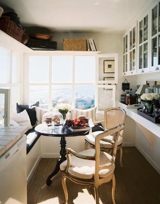 schicke kleine küche mit Rundesstisch schwarz