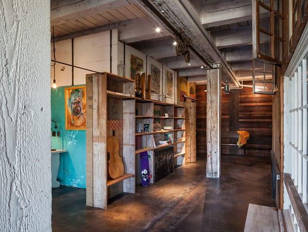 wohnzimmer rustikal mit DIY Wandregalen holz und deckengestaltung mit Schiene und flaschenzug