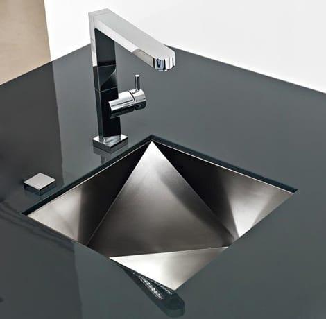 moderne küche mit schwarzem waschtisch und waschbecken in Form von Brillant