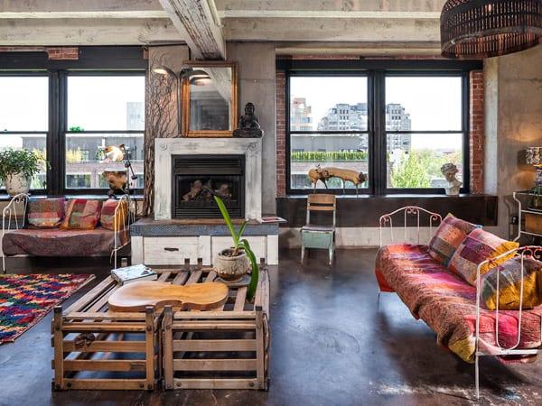 stylisches wohnzimmer rustikal mit kaminverkleidung aus holzdielebrettern in weiß gestrichen und ziegelmauern