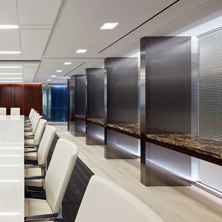modernes Innendesign mit Glaspaneelen und weißem Besprechungstisch