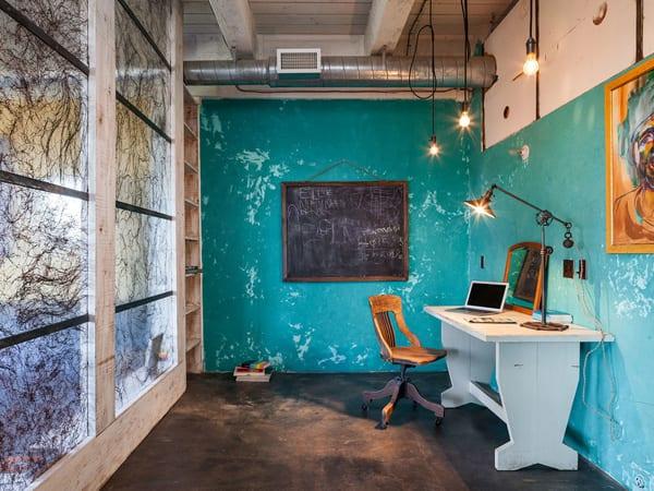 office interior design mit sichtbarer luftung und weißem büroschreibtisch aus holz