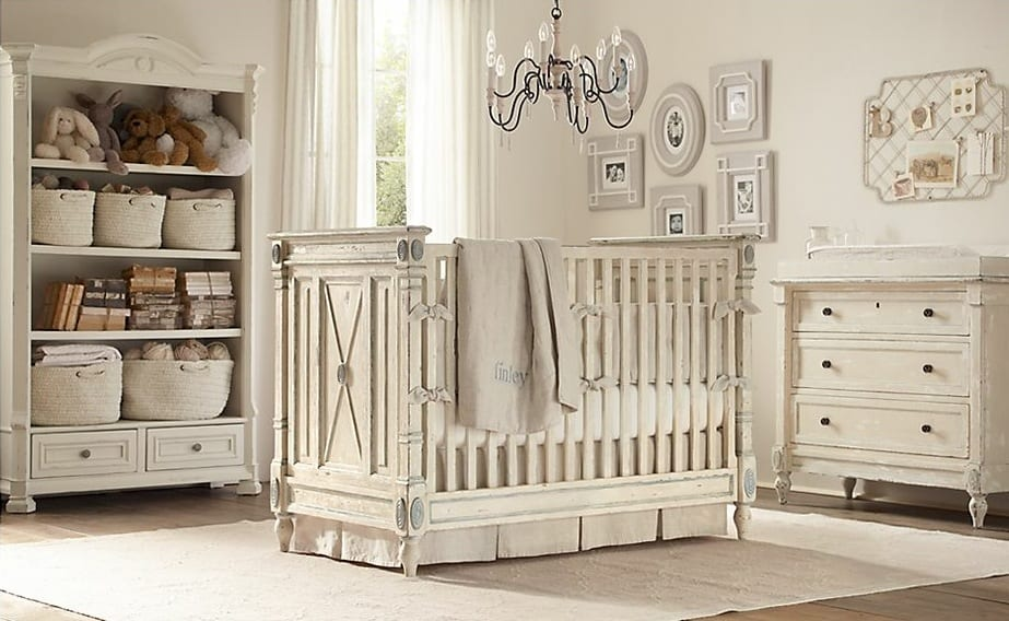coole babyzimmer gestalten in weiß mit rustikalen gitterbett und sideboard