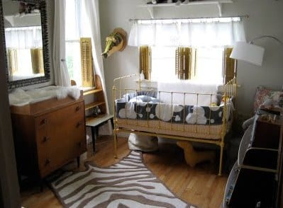 cooles babyzimmer mit fensterladen und sideboard mit schubladen als wickelkommode
