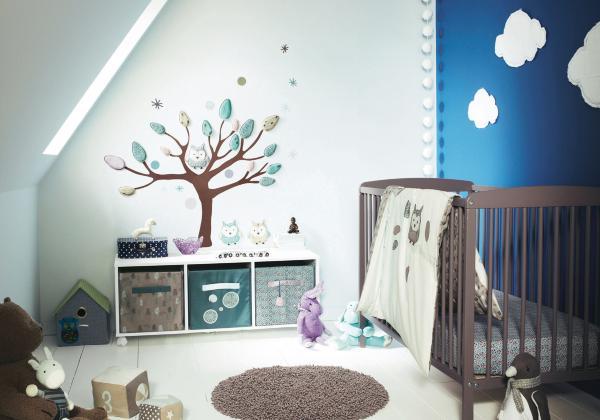 babyzimmer dachschräge mit wandtattoo baum und gitterbett braun