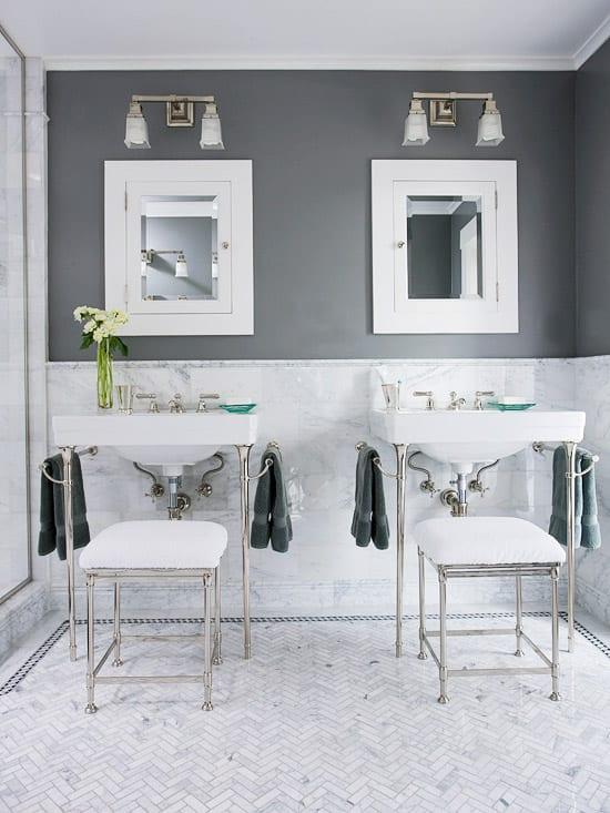 moderne badezimmer mit wandfarbe grau und weißen bodenfliesen