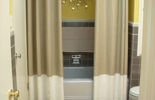 badezimmer grau mit badezimmer teppich gelb und wandfarbe gelb freshouse. Black Bedroom Furniture Sets. Home Design Ideas