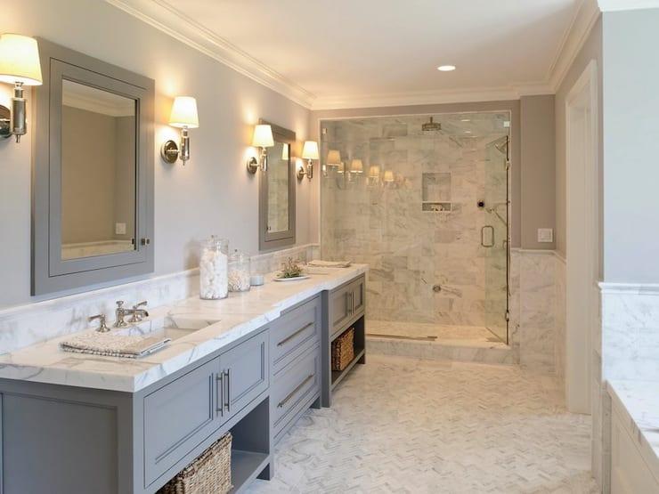 moderne badezimmer in hellgrau und weiß mit badezimmerschrank grau und wandfliesen aus marmor weiß