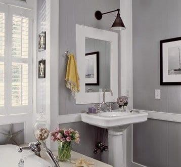 badezimmer grau mit holzboden und wandleuchte schwarz ber. Black Bedroom Furniture Sets. Home Design Ideas