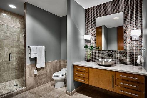 badezimmer naturstein mit wandfarbe grau und badezimmerschrank aus holz mit waschbecken rund und wandleuchten