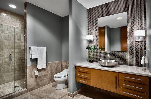 badezimmer grau mit mosaikwand und spiegel f r badezimmer. Black Bedroom Furniture Sets. Home Design Ideas