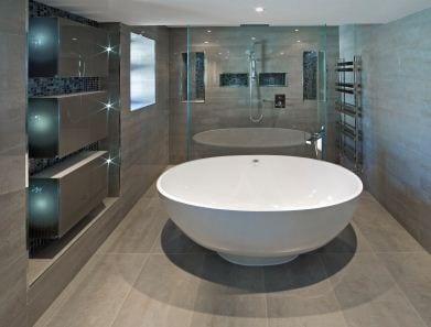 moderne badezimmer naturstein mit runder badewanne weiß
