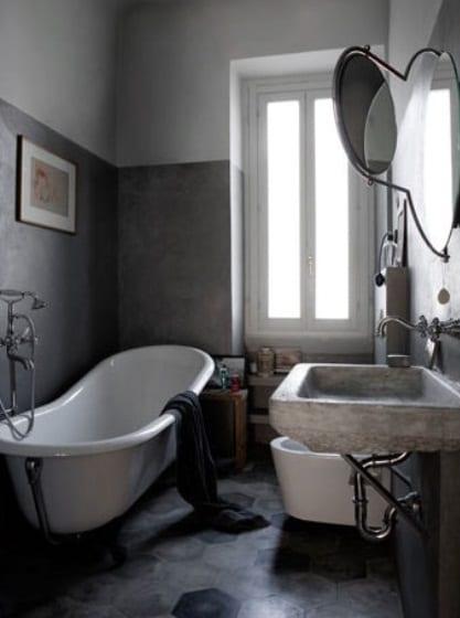 kleine badezimmer ideen mit freistehender badewanne und waschbecken aus beton