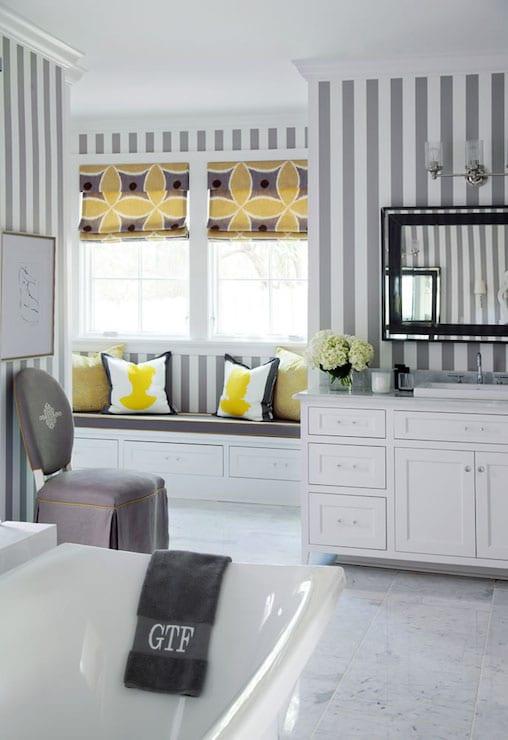 frische badezimmergestaltung streifen muster in weiß und grau