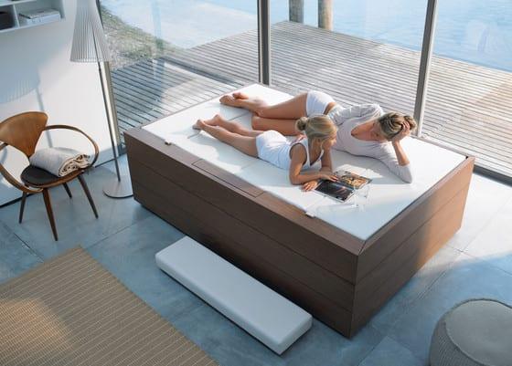 luxus badezimmer einrichten mit freistehender Badewanne mit Abdeckung