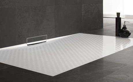 moderne badezimmer einrichten mit weißer Duschfläche bodengleich