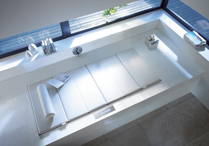 moderne badezimmer ideen mit badewanne und Liege in einem