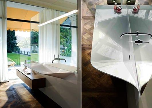 moderner waschtisch weiß mit Wasserhahn in Spiegelwand integriert