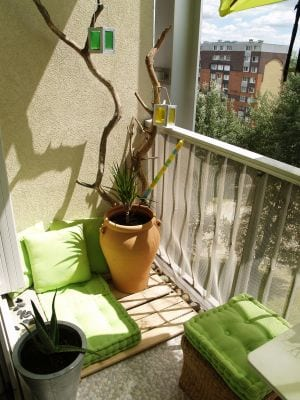 balkon idee mit sitzkissen und zweigen