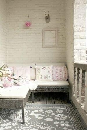 balkon gestalten mit terrassenmöbel rattan in grau und weiße sitzmatte mit weißen kissen