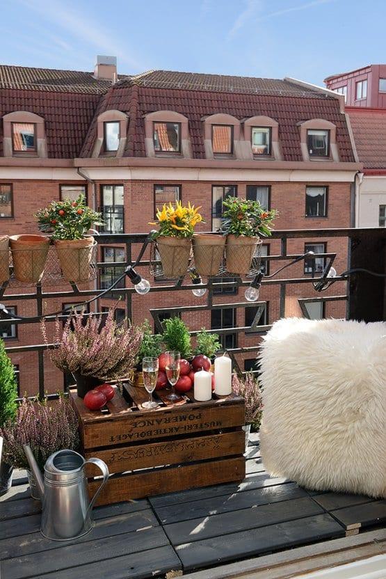 balkon gestalten mit leuchten und holzkiste als nebentisch