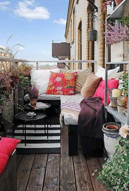 balkon gestalten mit teppich in schwarz und weiß und DIY holzbank schwarz