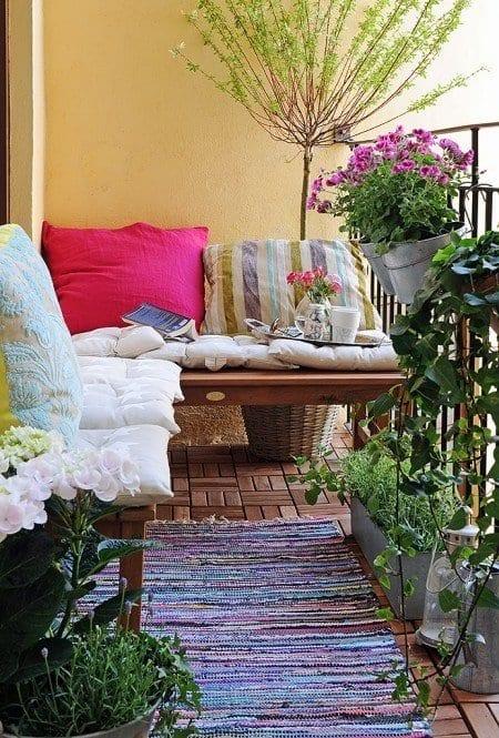 balkon ideen mit wandfarbe gelb und teppich