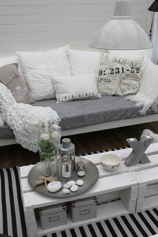 balkon gestalten mit DIY couchtisch aus paletten und Sofa weiß mit weißen kissen