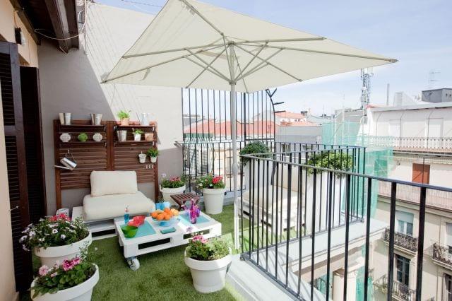 coole balkon idee mit wandregalen aus holz und möbel aus paletten