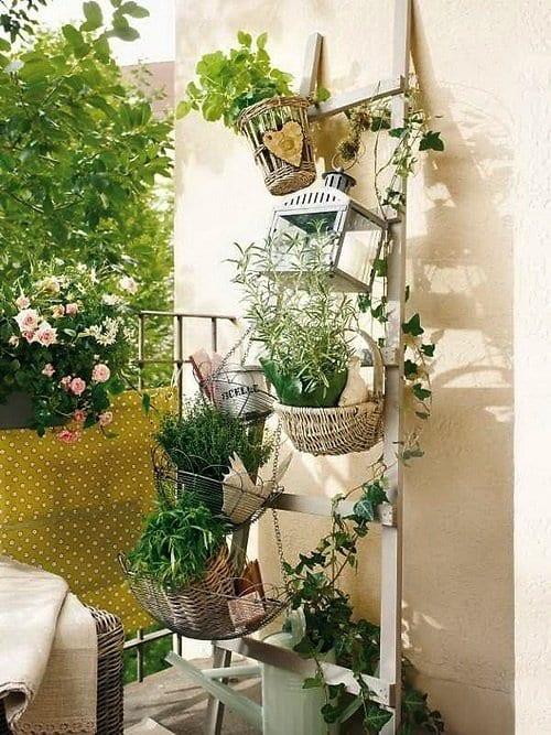 balkon gestalten mit holzleiter weiß und sichtschutz grün aus textil