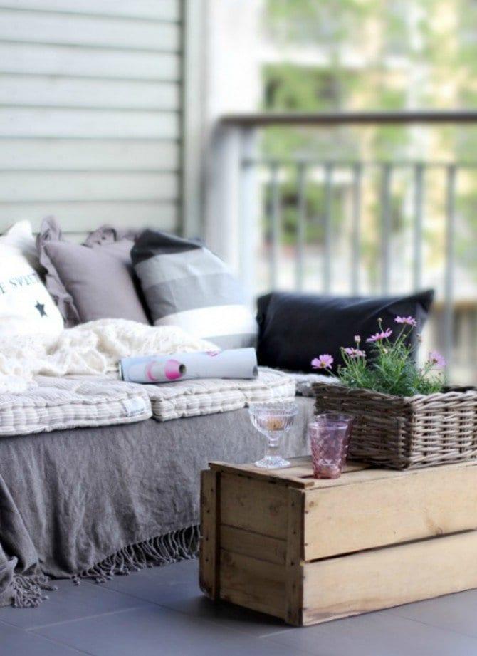 balkon rustikal mit palettentisch und sofa in grau