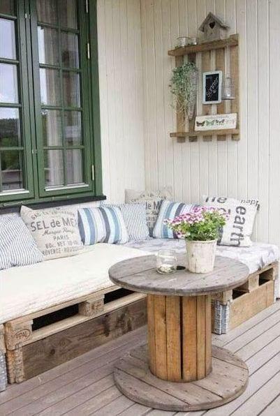 terrasse gestalten mit möbel aus paletten und runde couchtisch holz