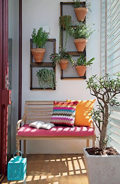 kleiner balkon gestalten mit frischen farben