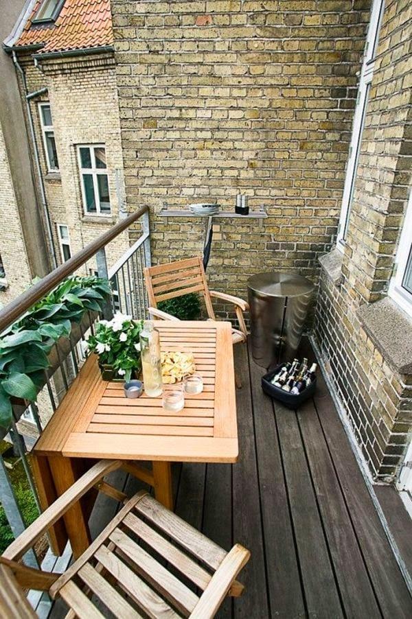 kleiner balkon mit klapptisch einrichten
