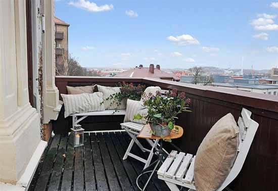 balkon idee mit holzboden schwarz und weißen gartenmöbeln