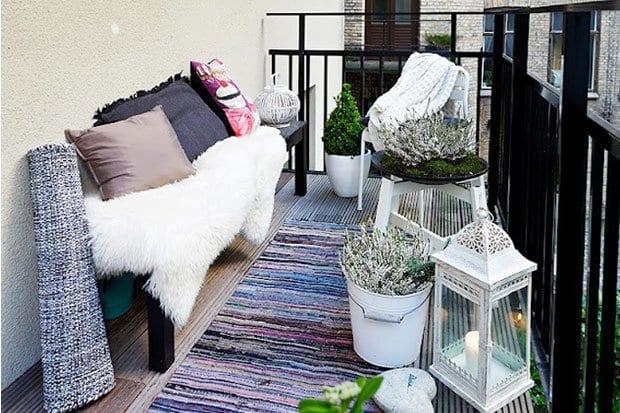 Gruner Teppich Fur Balkon : balkon ideen mit weißen blumentöpfen und laterne