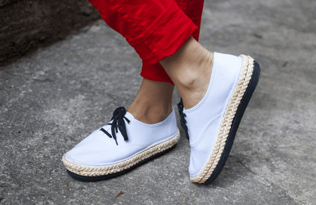 DIY weiße sneakers mit schwarzen Schuhbänder und seile