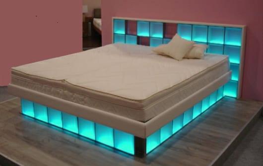 schlafzimmer inspiration mit bett aus blau beleuchteten glassteinen und wasserbettmatratze