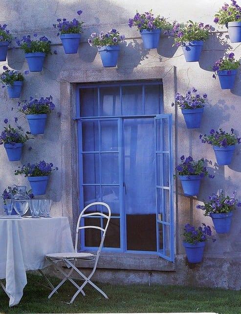 wandgestaltung und gartendeko selber machen mit blauen blümentöpfen und blauen Veilchen
