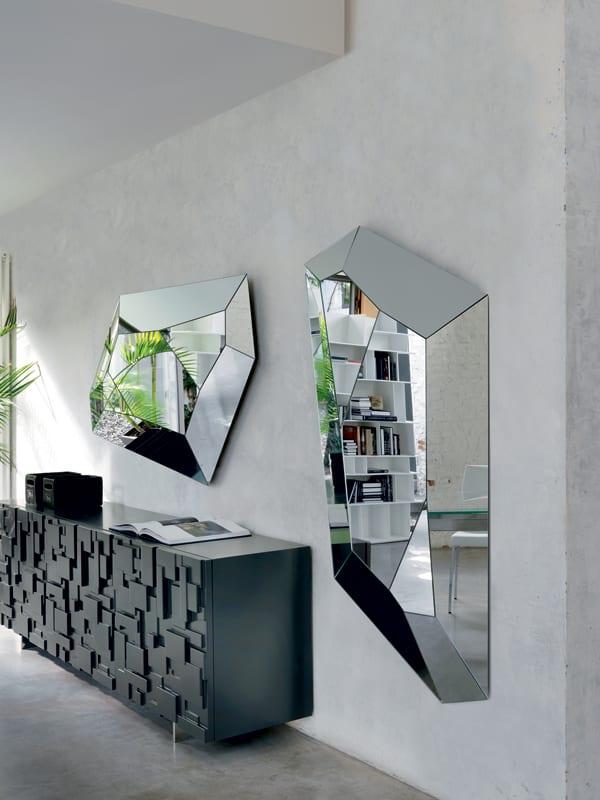 wohnzimmer wandgestaltung mit wandspiegel brillant und sideboard schwarz