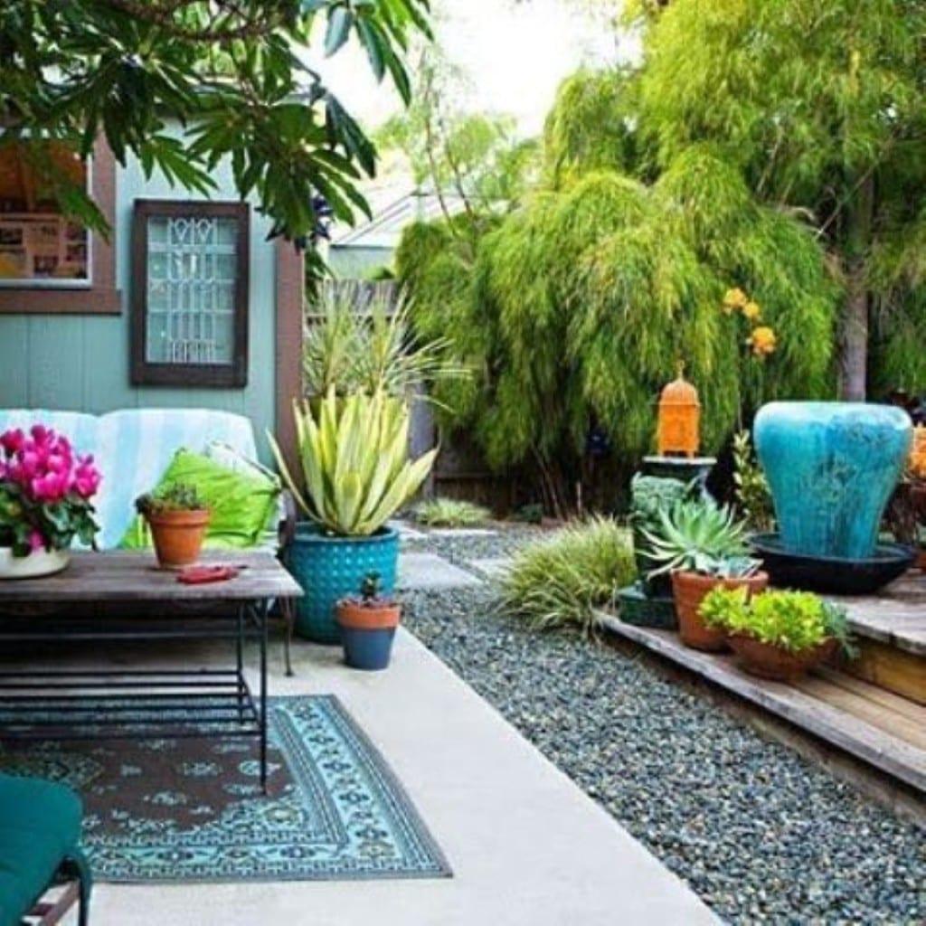 gartengestaltung mit holzterrasse und blaue gartendeko mit teppich und sitzecke gestreift mit Esstisch holz