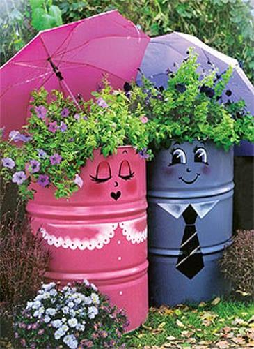 coole gartendeko mit Blumen und Barrels