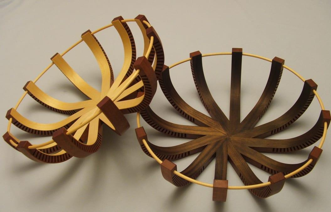 Esstischdekor mit Holzobstschale