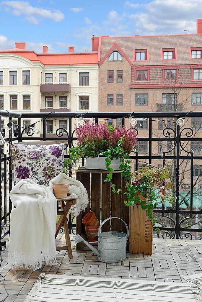 balkon ideen für den sommer mit holzkisten und klappstuhl aus holz mit weißer decke